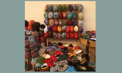 Marokko, uitstalling met kleurige petten