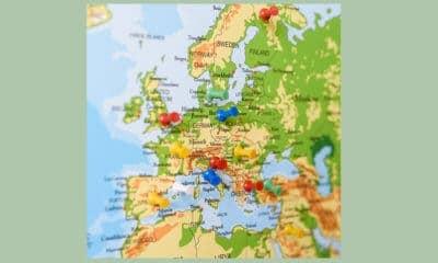 Kaart van Europa met pushpins erin gestoken
