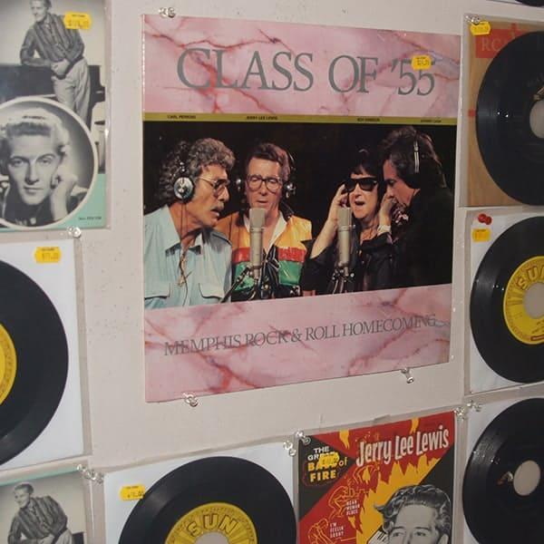 Beeld van een display in de SUNstudios, waarop je Johnny Cash ziet zingen met Roy Orbison