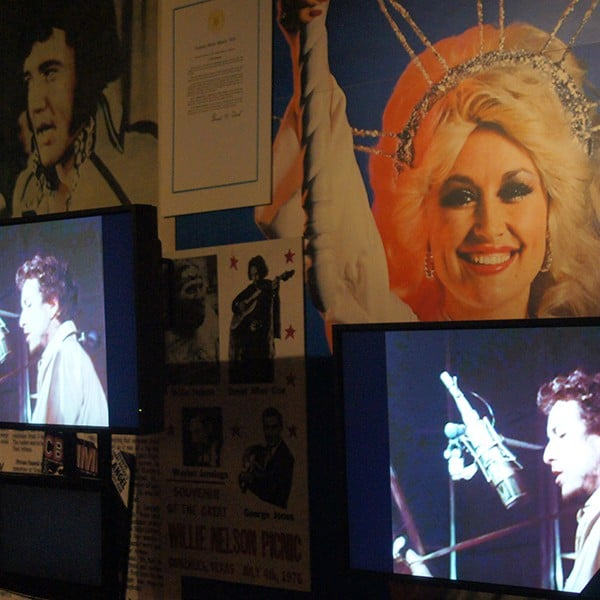 Dolly Parton, Elvis Presley, Bob Dylan op een display in het Country Music Hall of Fame in Nashville