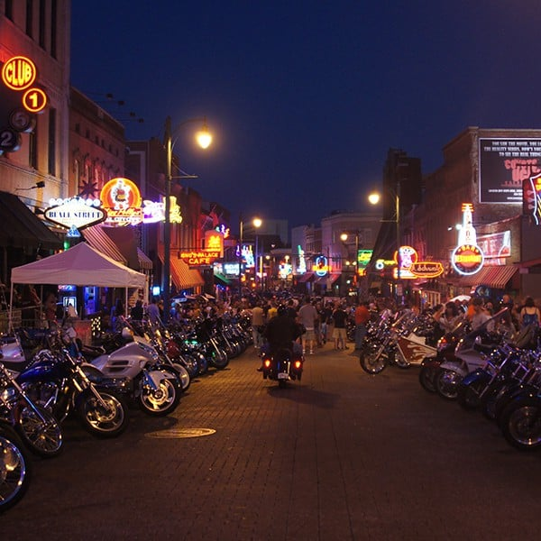 Beale Street in Memphis by night met honderden bikers.