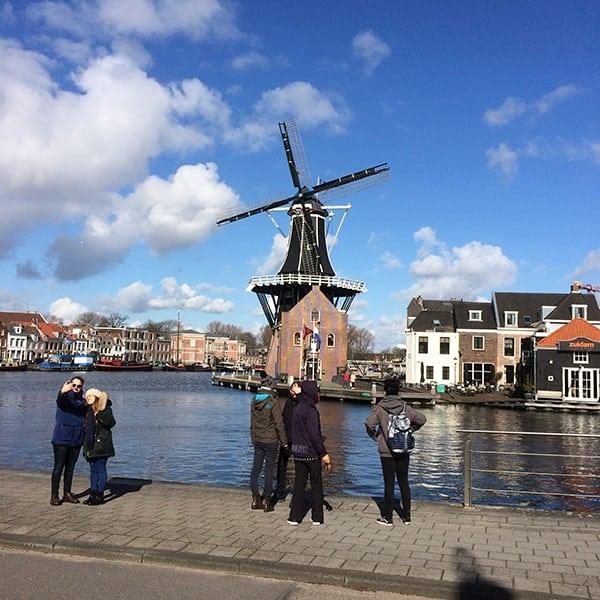 Molen te Haarlem met toeristen die een selfie maken met de molen op de achtergrond
