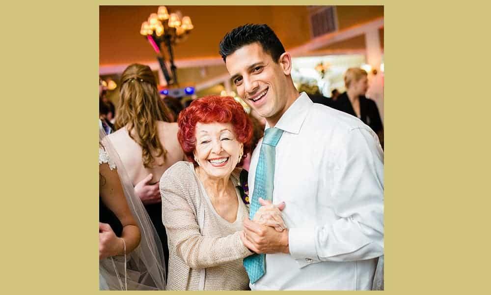 Oude dame danst met jonge partner