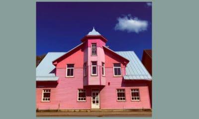 Roze houten huis in Letland