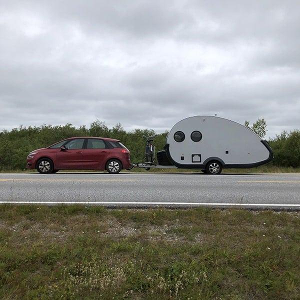 Onze auto met caravan onderweg op de Via Lappia