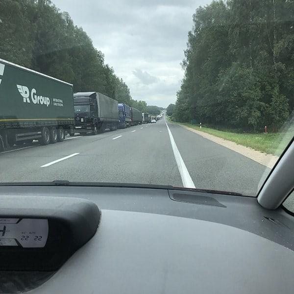 rij wachtend vrachtwagens bij de grens Wit Rusland en Litouwen