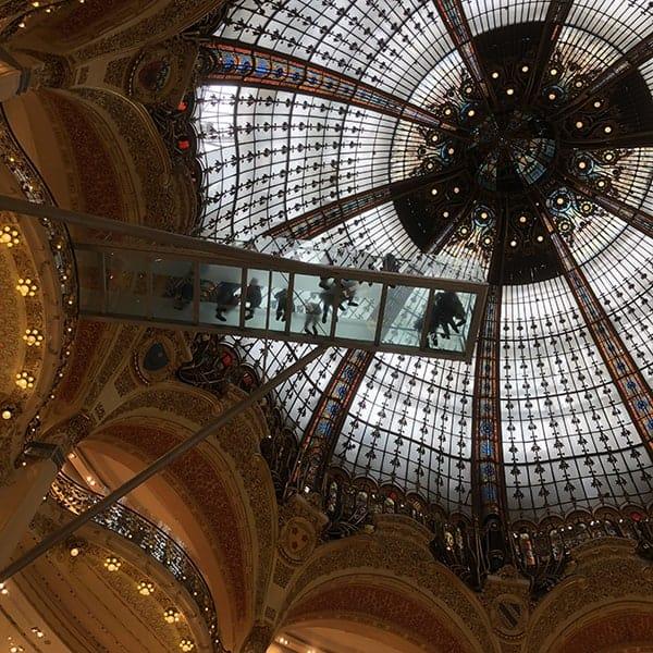 Loopplank onder de grote Dome in Galleries Lafayette