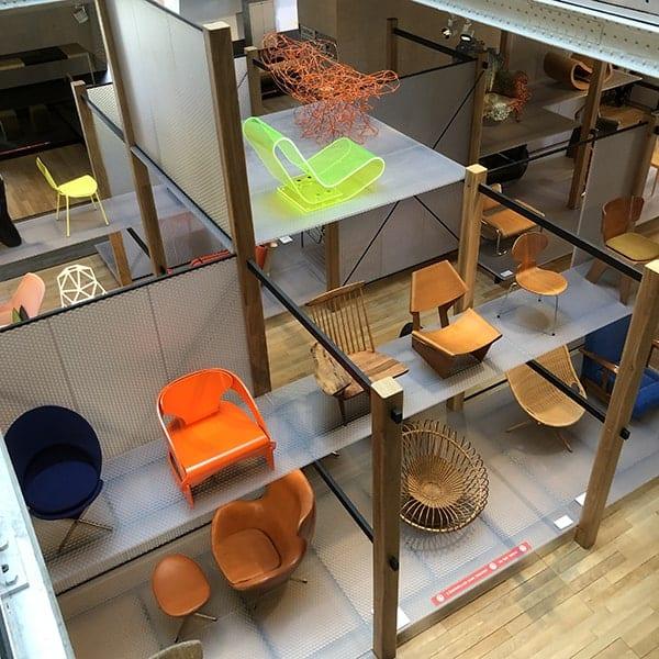 De opstelling van designstoelen in het MAD in Parijs