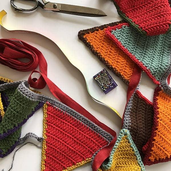 Een vlaggenlijn haken is niet moeilijk, maar aan het einde moet je wel een bandje erop naaien, anders lubbert je vlaggenlijn enorm uit.