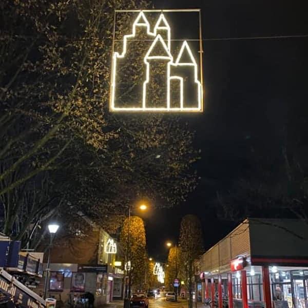De feestverlichting hangt in de Amsterdamstraat in Haarlem