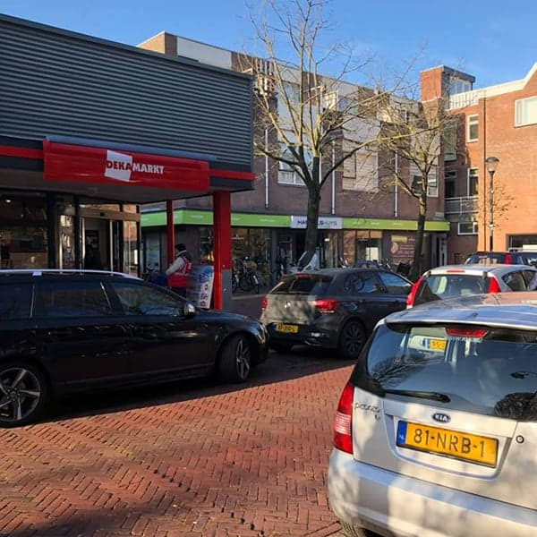De DEKA-markt op het pleintje van deze buurtwinkelstraat in de Amsterdamse Buurt