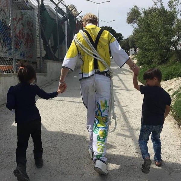 Matthias van Changing Stories met twee vluchtelingenkinderen