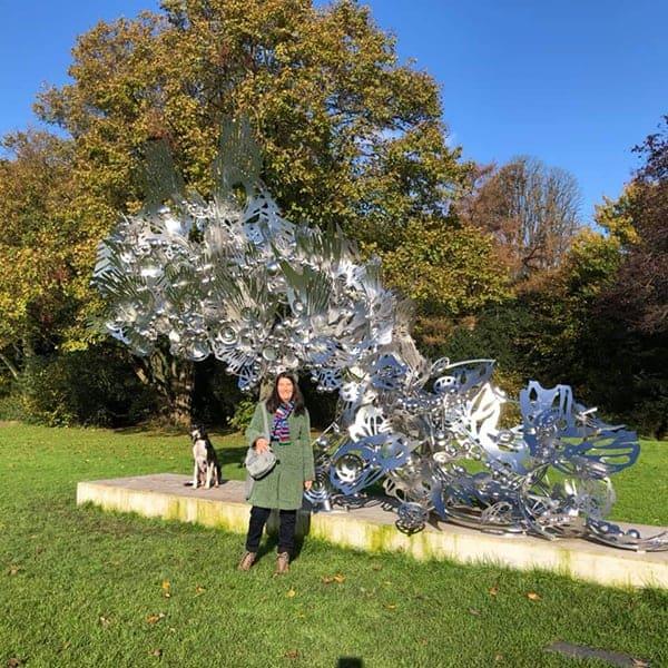Jeannet bij het Monument voor Jakoba Mulder in het Beatrixpark in Amsterdam