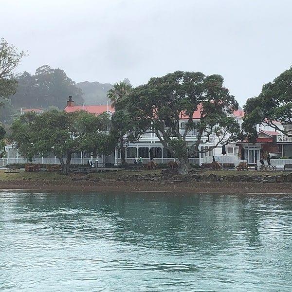 Een koloniaal huis aan de rand van de Bay of Islands, dat we zien tijdens onze roadtrip over het Noordereiland van NIeuw Zeeland