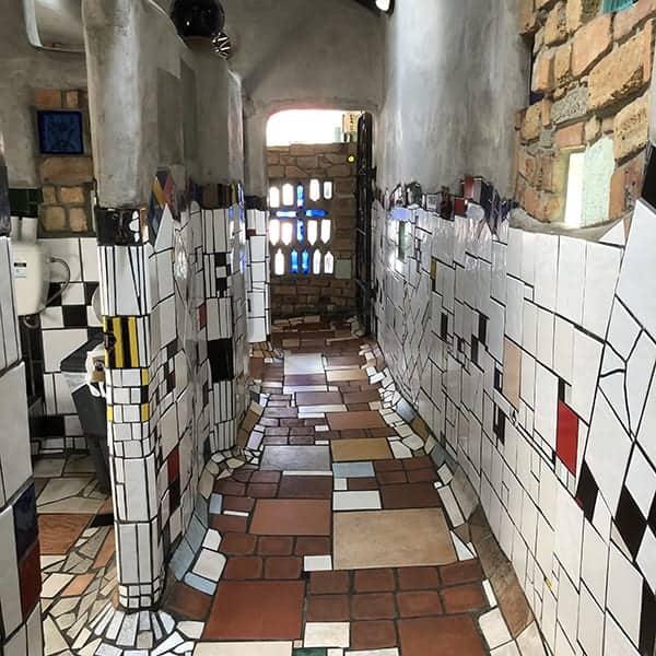 Openbaar toilet in Kawakawa, ontworpen door Frederick Hundertwasser