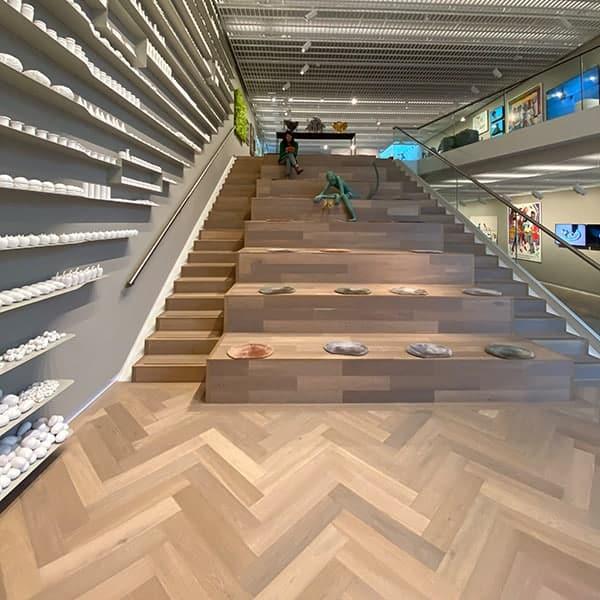 Jeannet op de trappen van het LAM, een museum over eten en drinken en heel erg geschikt voor kinderen.