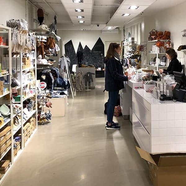 Room42 is een leuke winkel met babykleding en kraamcadeautjes in Haarlem. Het interieur is rustig gehouden.