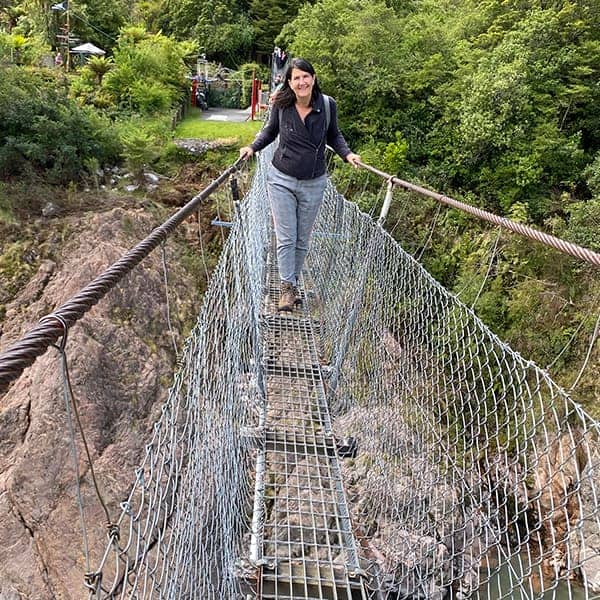 Jeannet op een swingbridge tijdens de camperreis door Nieuw Zeeland