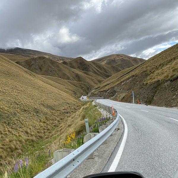 Rijden in Nieuw Zeeland over bochtige en smalle wegen