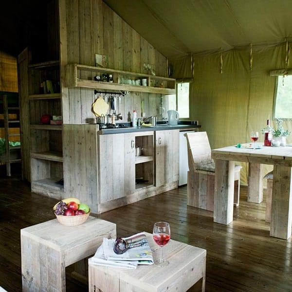 Als je kiest voor glamping, dan kies je voor luxe met een keuken met alles erop en eraan