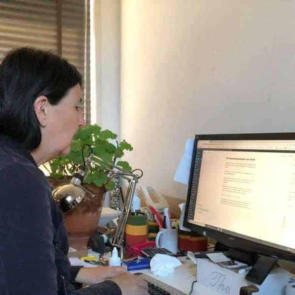Jeannet van der Knaap achter haar computer te werken aan dit blog