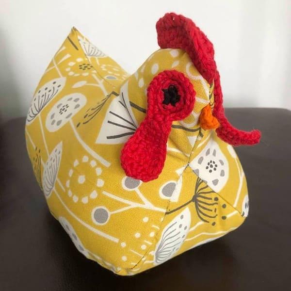 Naaipatroon van een kip (met ei), of in het geel een Paaskip