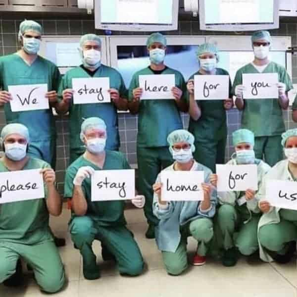 Zorgverleners met een boodschap tijdens de pandemie