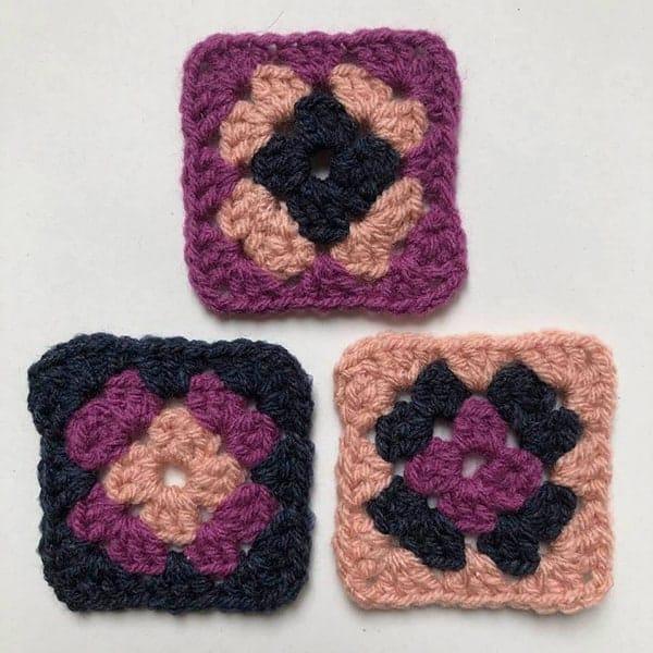 Als je met 3 kleuren werkt, krijg je veel variatie bij het maken van een granny square kussen
