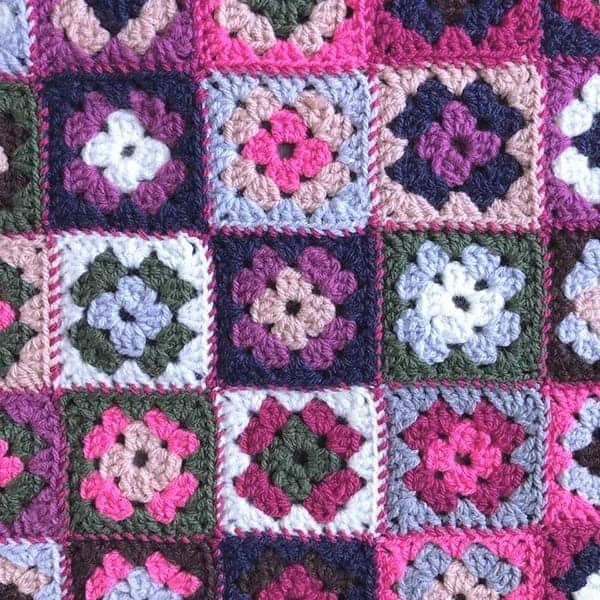 Een granny square kussen met 40 oma vierkantjes