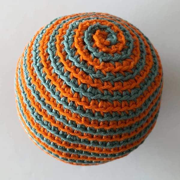 Met twee kleuren kun je deze speelbal ook haken, in spiraal