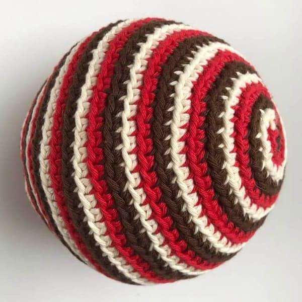 Een spiraalvormige speelbal voor baby's in drie kleuren, om zelf te haken