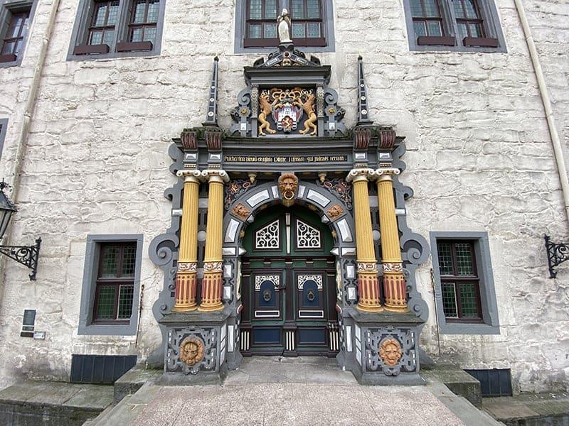 De imposante deur van het Rathaus van Hann. Münden