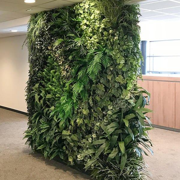 Een plantenwand is een trendy eyecatcher, ook al zijn het allemaal nepplanten