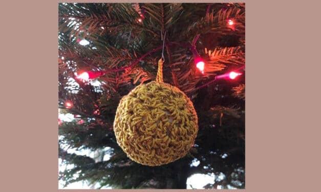 Hoe maak je snel een feestelijke gehaakte kerstbal? [Gratis patroon]