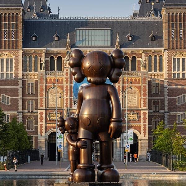 KAWS Museumplein: één van de beelden in Amsterdam Zuid tijdens Art Zuid