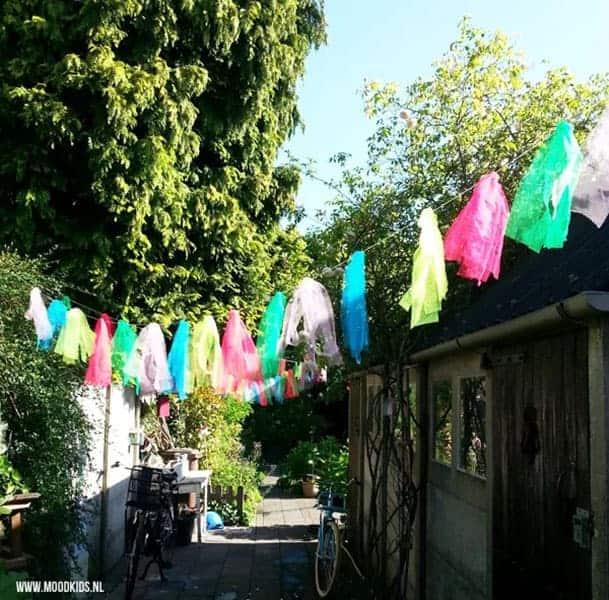 Maak gezellige gekleurde buitenslingers om je binnenplaatsje op te vrolijken
