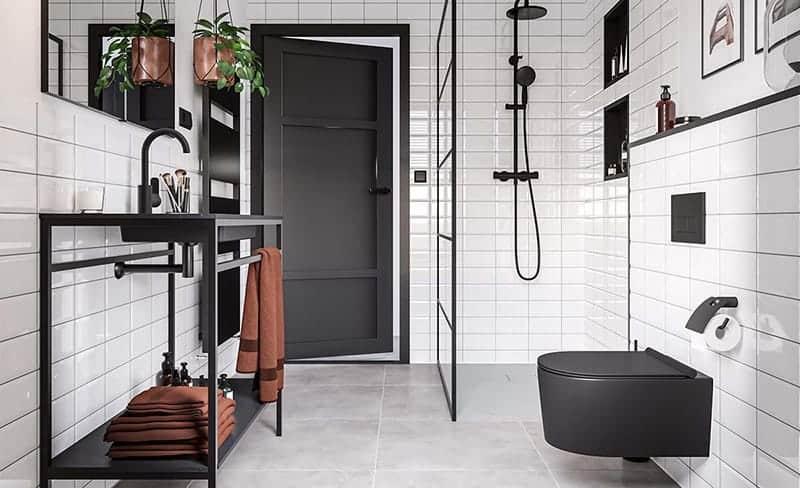 Een industriële badkamer met een rechthoekige spiegel boven de wastafel