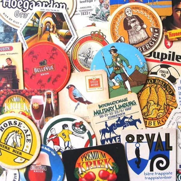 Belgische bierviltjes als onderzetters voor glazen bier